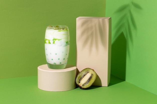 Disposición de un desayuno saludable con yogur.