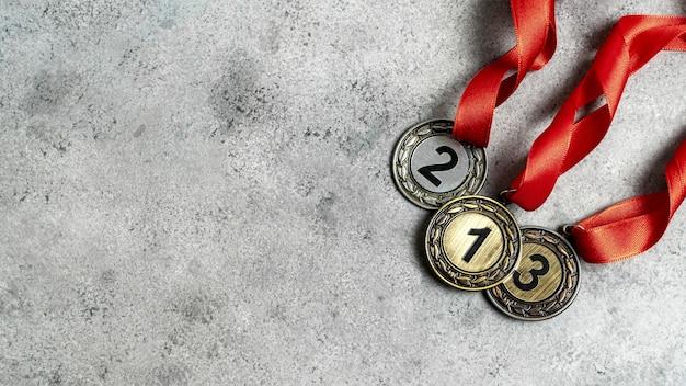 Disposición de diferentes medallas olímpicas.