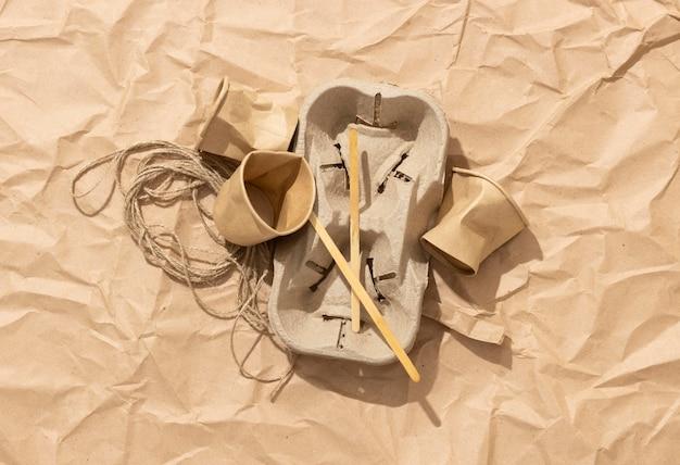 Disposición de diferentes objetos desechados.