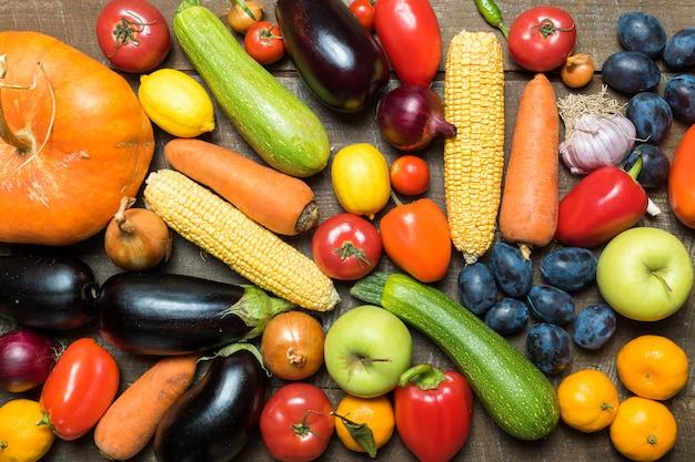Disposición con diversas verduras y frutas.
