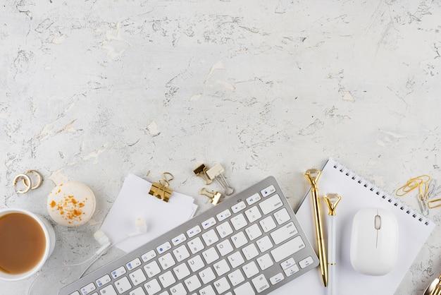 Disposición elegante del escritorio sobre la vista