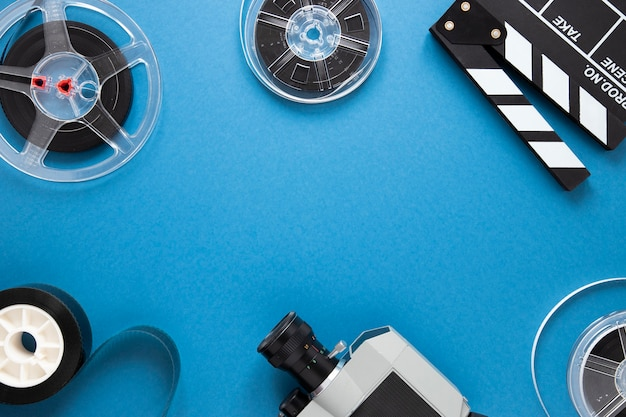 Disposición de elementos de cine sobre fondo azul con espacio de copia