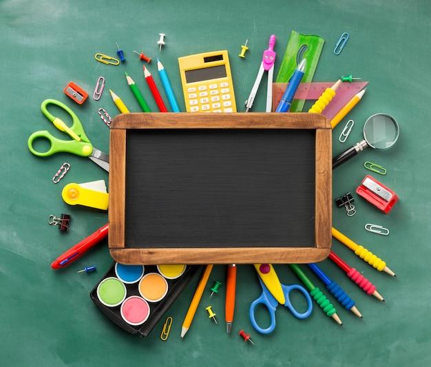 Disposición de los elementos del día de la educación con pizarra.