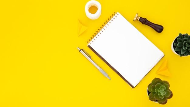 Disposición de elementos de escritorio con bloc de notas vacío con espacio de copia