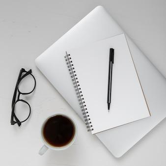 Disposición de elementos de escritorio con bloc de notas vacío