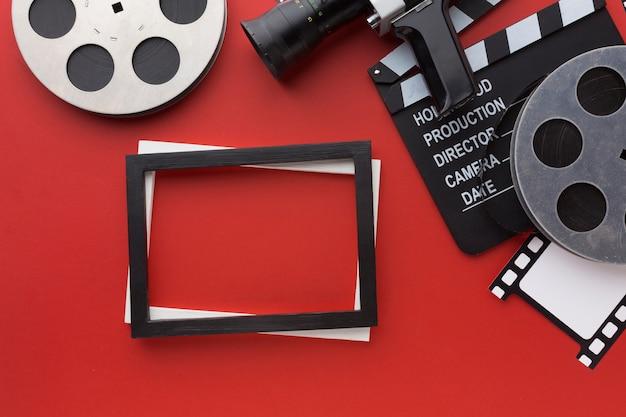 Disposición de elementos y fotogramas de la película sobre fondo rojo.