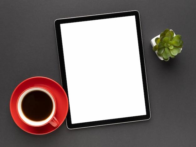 Disposición de elementos de oficina con tableta.