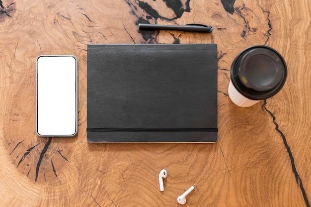Disposición de elementos de oficina con teléfono de pantalla vacía