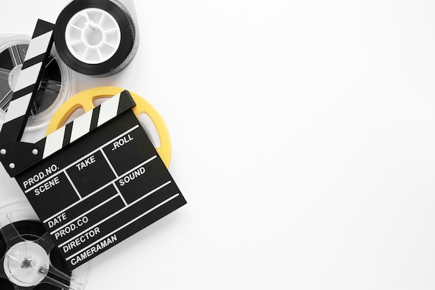 Disposición de elementos de película plana sobre fondo blanco con espacio de copia