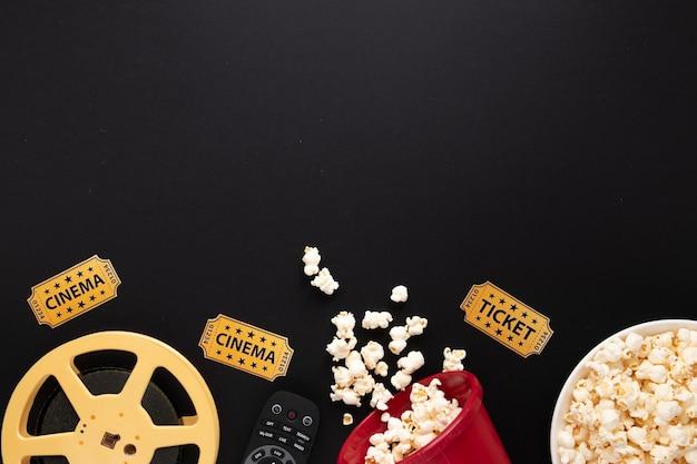 Disposición de elementos de película sobre fondo negro con espacio de copia