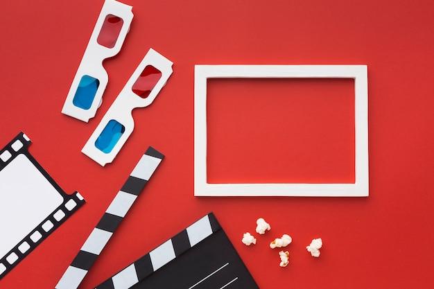 Disposición de elementos de la película sobre fondo rojo.