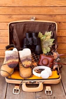 Disposición de elementos de viaje junto al equipaje.