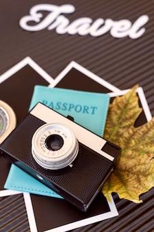 Disposición de elementos de viaje en primer plano de equipaje