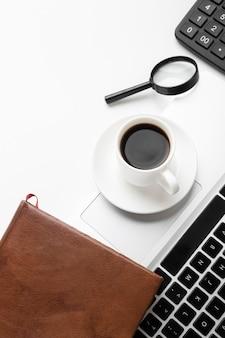 Disposición de escritorio de alto ángulo en mesa blanca Foto gratis