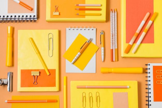 Disposición de escritorio con diferentes elementos.
