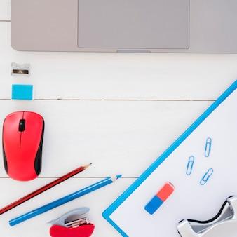Disposición de escritorio plano con dispositivos