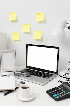 Disposición del escritorio de vista lateral con poste en la pared Foto gratis