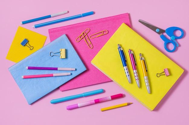 Disposición del escritorio de la vista superior con cuadernos