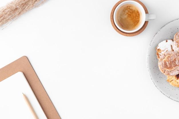 Disposición de escritorio de vista superior con espacio de copia Foto gratis