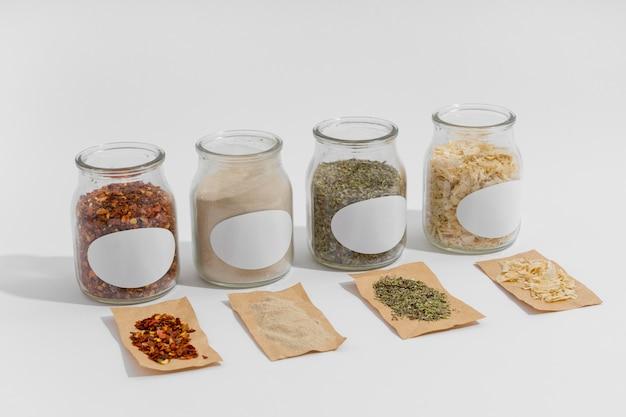 Disposición de especias en recipientes con etiquetas