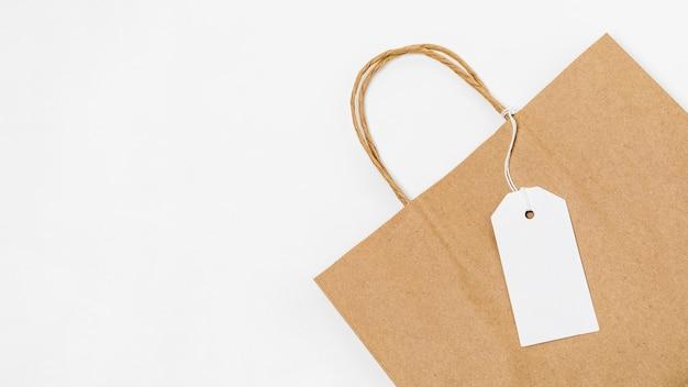 Disposición de la etiqueta en blanco en la bolsa de compras con espacio de copia