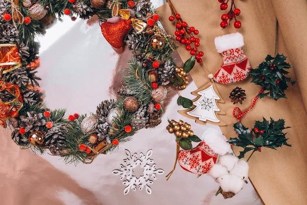 Disposición de fondo de navidad sobre fondo de plata