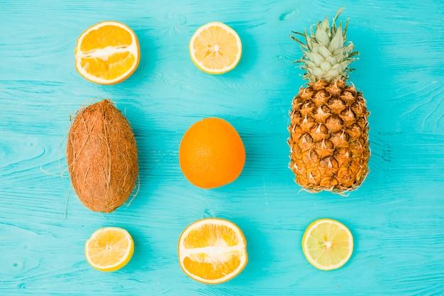 Disposición de frutas tropicales frescas.