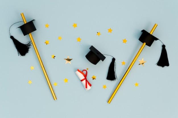 Disposición de graduación festiva plana sobre fondo azul.