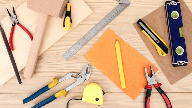 Disposición de herramientas para carpintería en escritorio