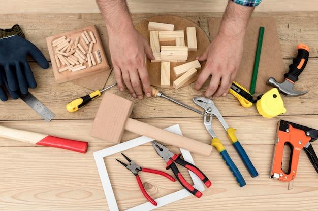 Disposición de herramientas y concepto de carpintería de manos de trabajador