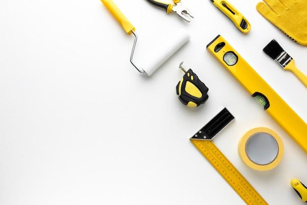 Disposición de herramientas de reparación amarillas con espacio de copia