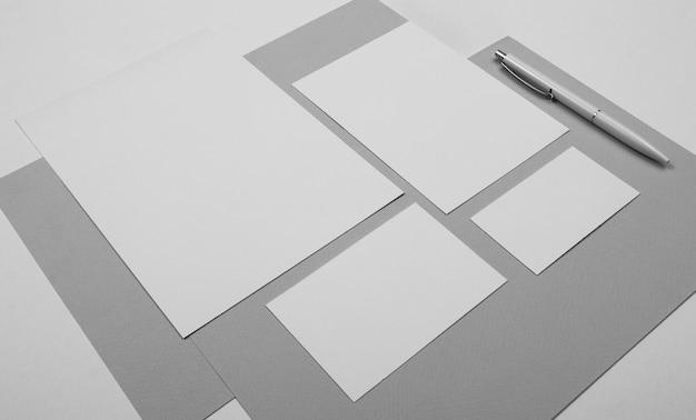 Disposición de hojas de papel y bolígrafos