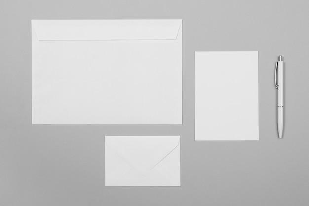 Disposición de hojas de papel y sobres