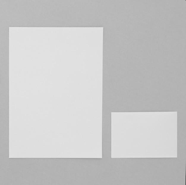 Disposición de hojas de papel y tarjetas