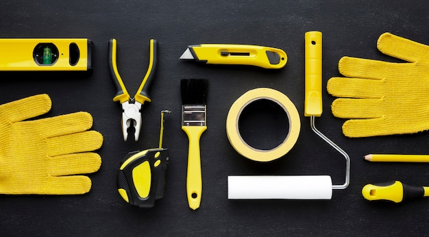Disposición del kit de reparación amarillo y guantes de construcción.