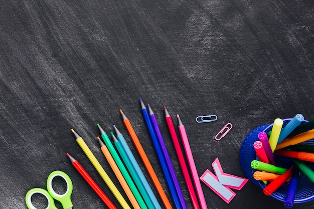 Disposición de lápices de colores y marcadores.
