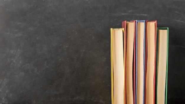 Disposición de libros de diferentes tamaños con espacio de copia.