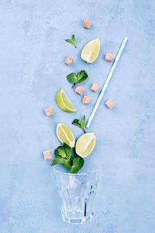 Disposición minimalista de diferentes ingredientes sobre fondo azul.