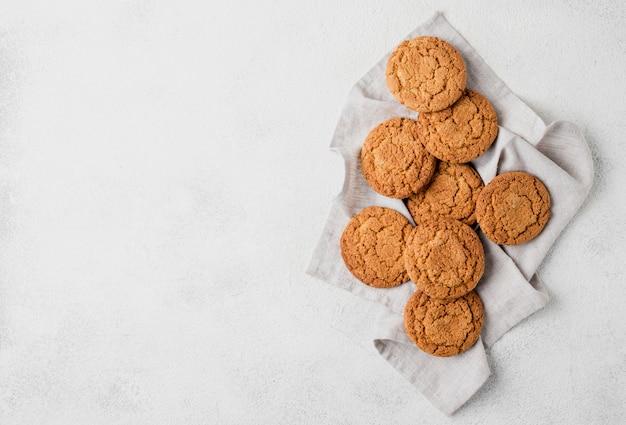 Disposición minimalista de galletas sobre tela.