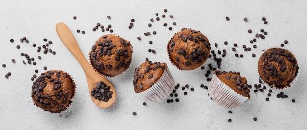 Disposición de muffins de chispas de chocolate plano