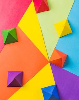 Disposición del origami de papel brillante.
