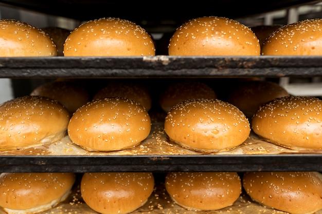 Disposición de panes recién horneados