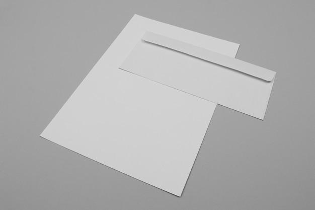 Disposición de papel y sobres de ángulo alto