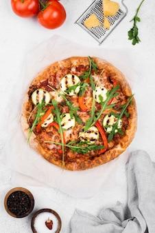 Disposición de pizza de rúcula plana