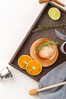 Disposición plana con bebidas y rodajas de fruta.