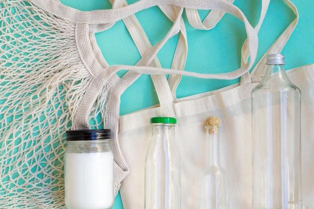 Disposición plana de bolsas de algodón y botellas