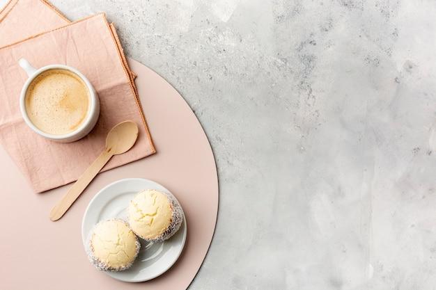 Disposición plana con café y pasteles.