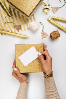 Disposición plana de cajas de regalo y papel de regalo.
