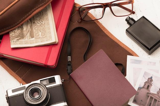 Disposición plana de cámara y libro
