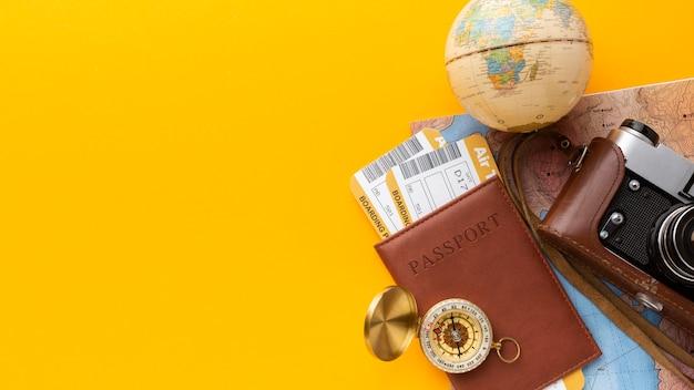 Disposición plana de cámara y pasaporte